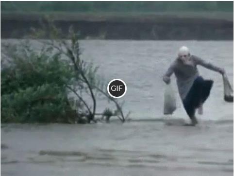 Гифка бабка бежит по воде с сумками