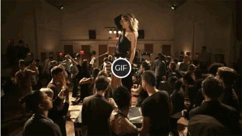 Гифка девушка танцует на столе