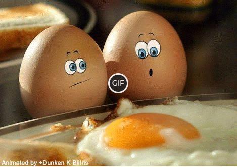 Смешная утренняя гифка яйца смотрят на яичницу
