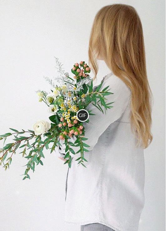 Гифка девушка с цветами