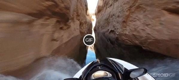 Крутая гифка на водном байке по каньону