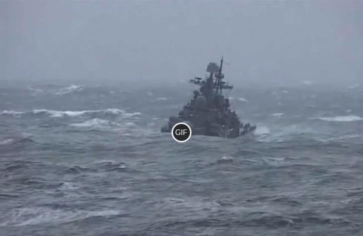 Гифка боевой корабль плывёт по волнам