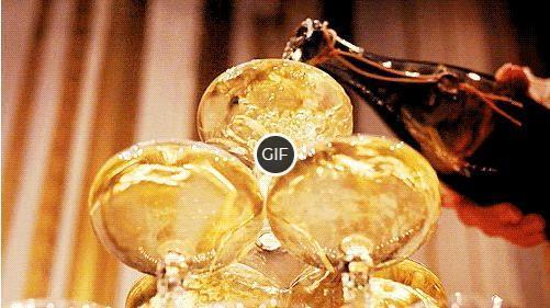 Гифка наливают шампанское в бокалы