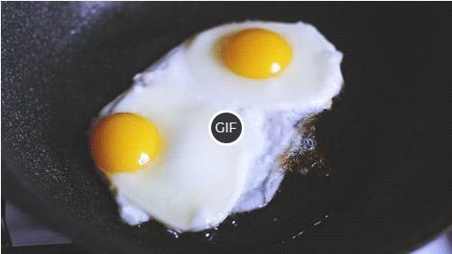 Гифка яичница на сковороде