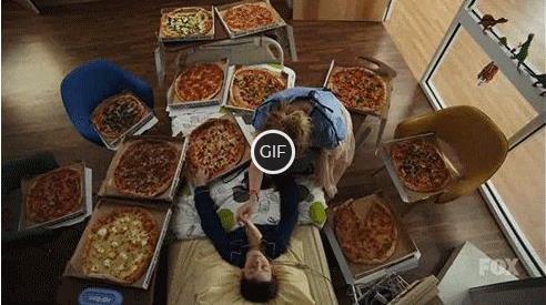 Смешная гифка будит с помощью пиццы